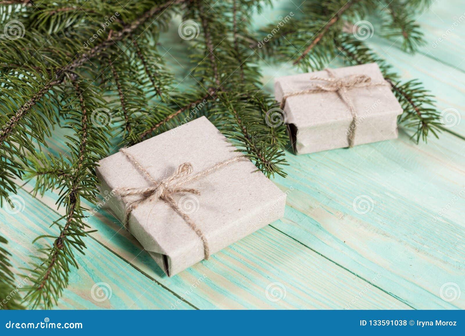 Nya Year& x27; s-gåvor i Kraft papper