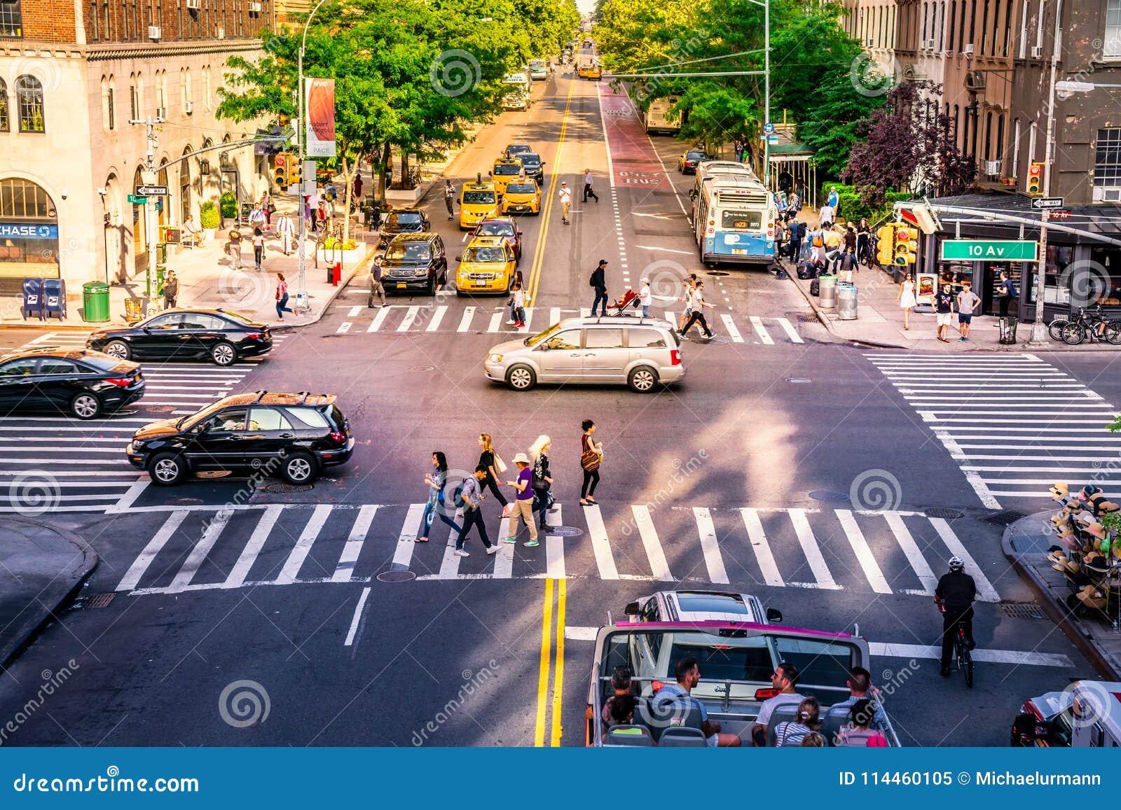 NYC交叉点拥挤了与繁忙的人民、汽车和黄色出租汽车 偶象交通和每日街道事务在曼哈顿