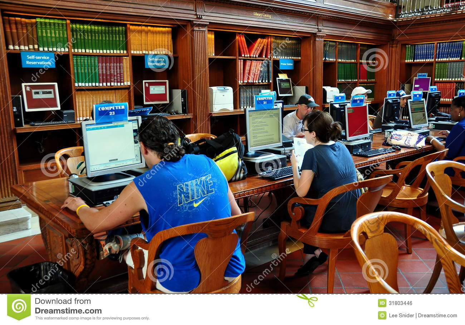 NYC :使用计算机的人们在NY公立图书馆