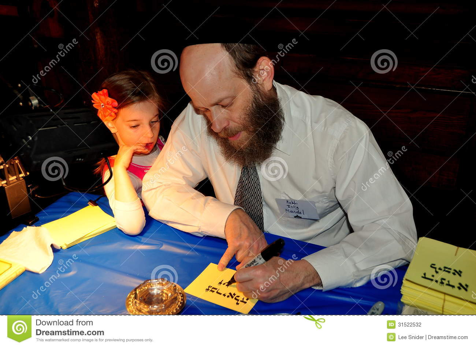 NYC :写西伯来字符的犹太教教士