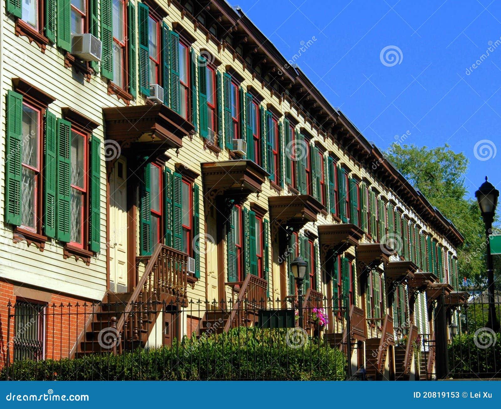 Nyc de houten huizen van de bos rij stock afbeelding afbeelding 20819153 - Huizen van de wereldbank ...