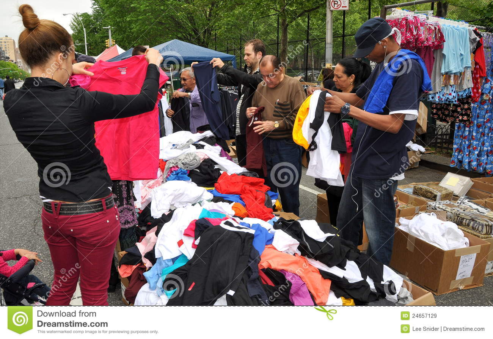 NYC: Gente que controla hacia fuera la ropa del negocio