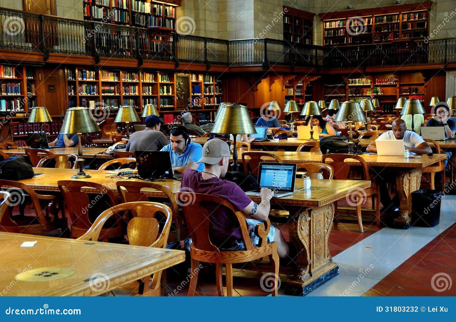 NYC: Gente que usa los ordenadores en la biblioteca pública de NY