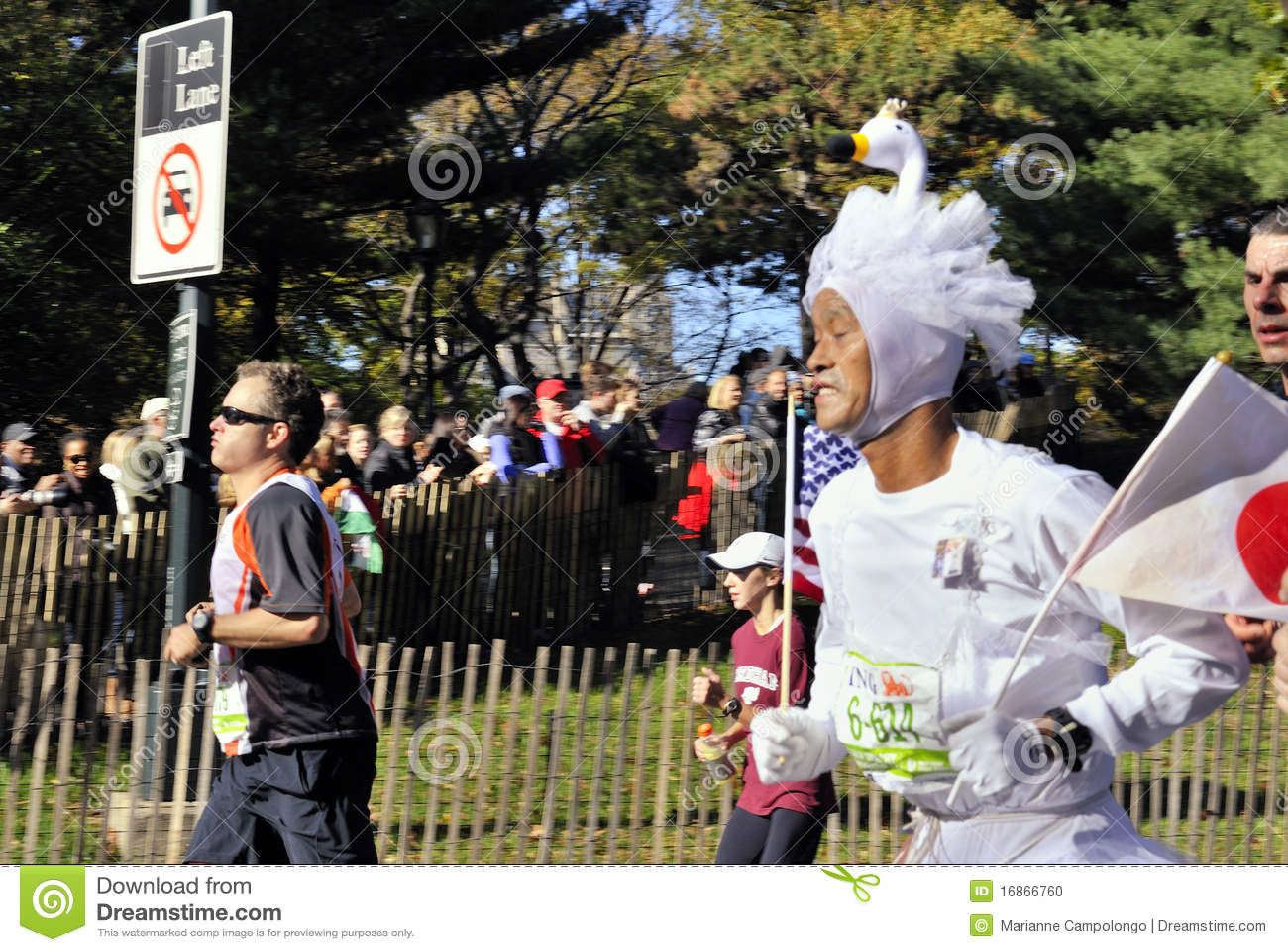 NYC novembro 7: corredor na maratona 2010 do equipamento NYC da cisne