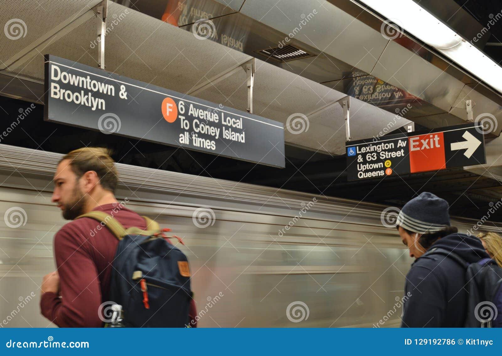 NYC-pendlare som väntar på den New York City MTA-gångtunnelen på transport för tunnelbana för plattform för drevstation