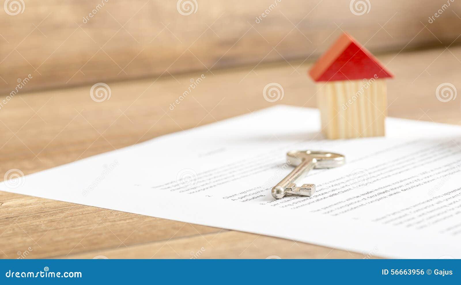 Nyckel- ligga för silverhus på ett avtal av husförsäljningen