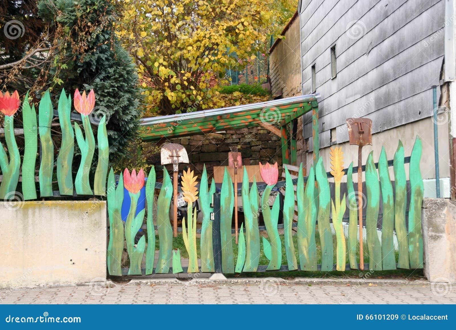 Nyckfullt trädgårds  staket arkivfoto   bild: 66101209