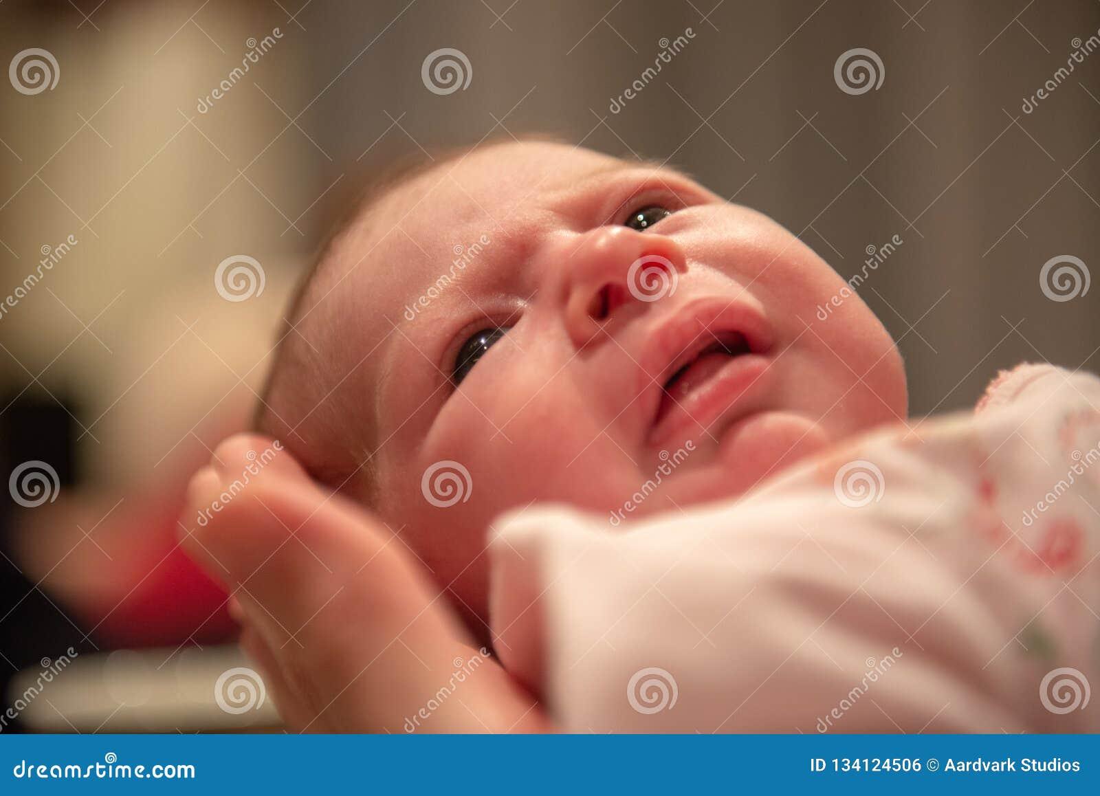Nyfött behandla som ett barn att rymmas i hand