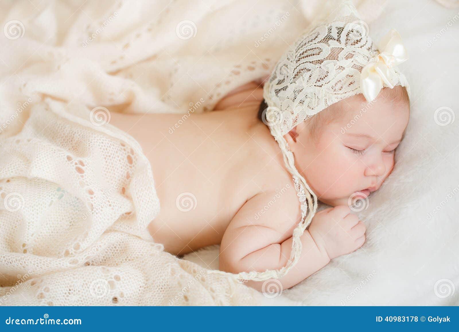 Nyfött behandla som ett barn att sova på en säng