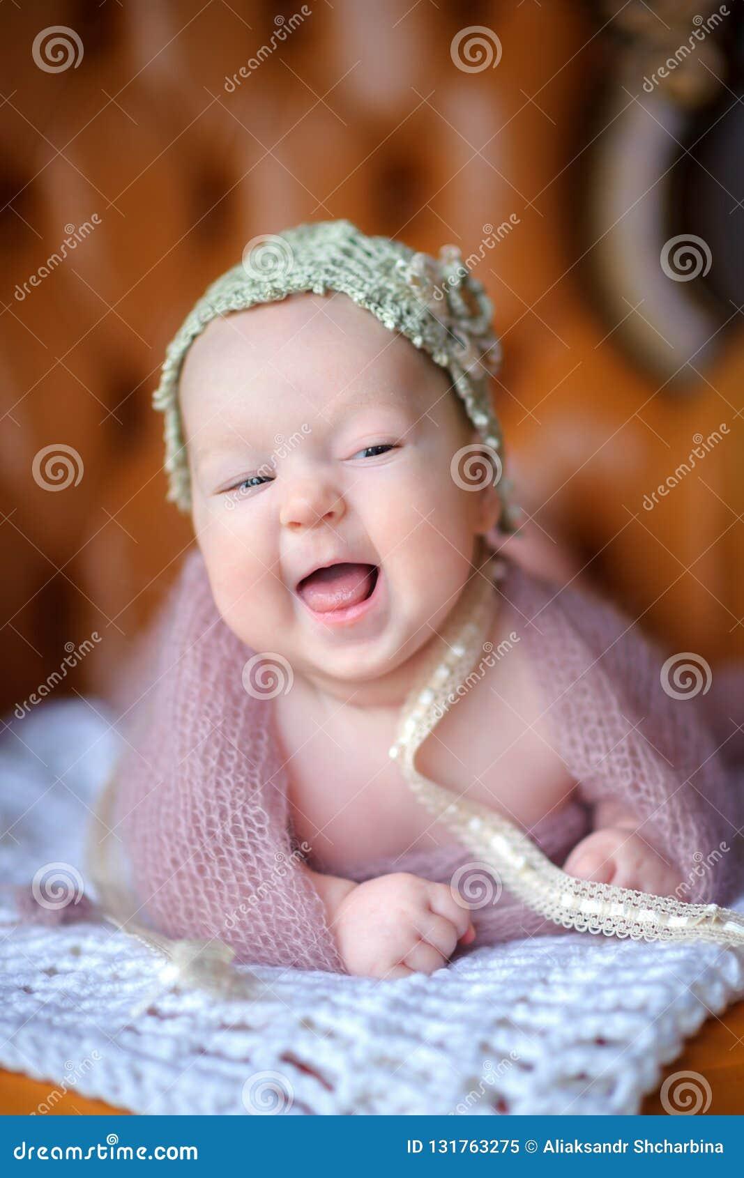 Nyfött behandla som ett barn i en härlig stucken hatt