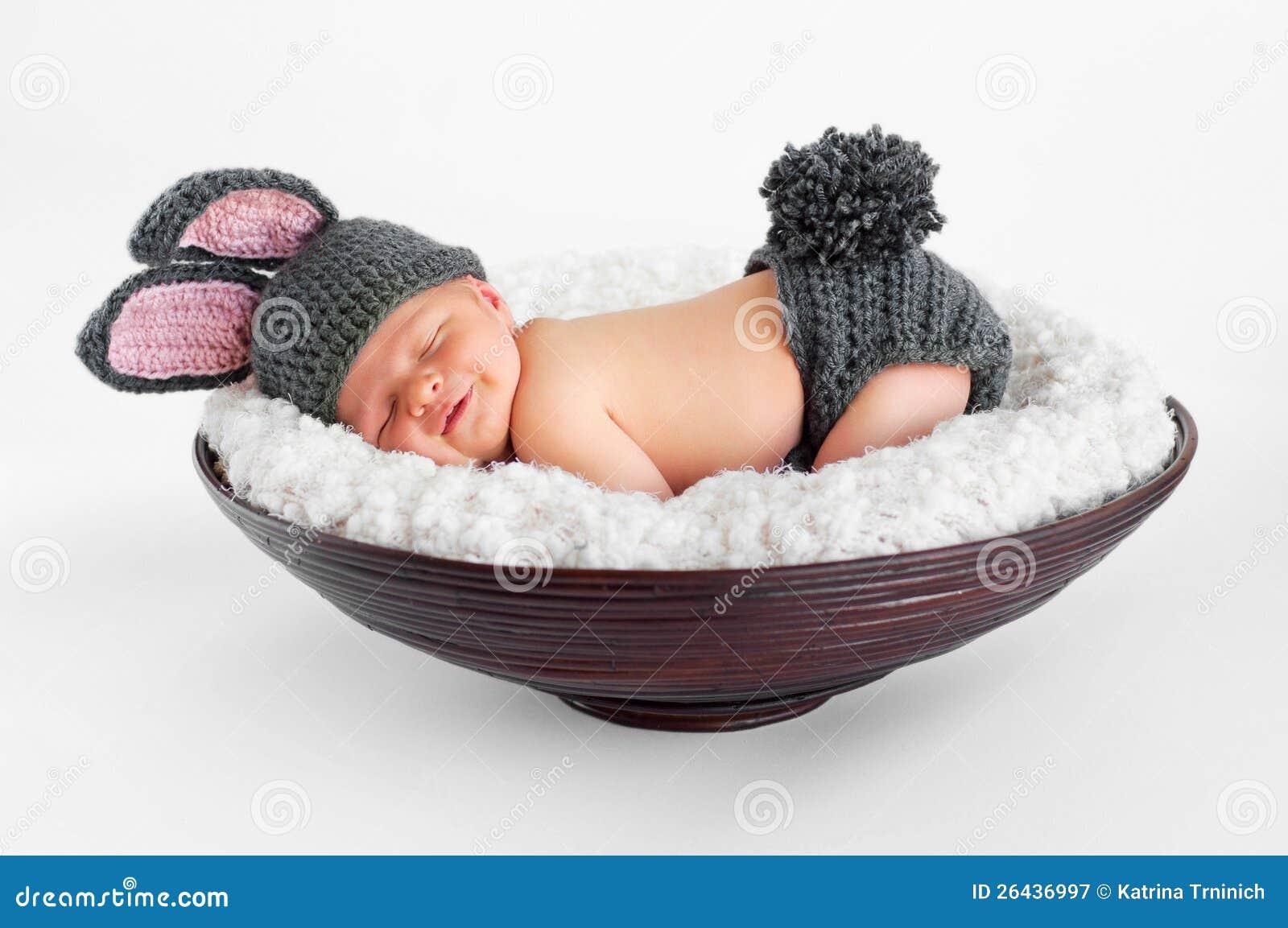 Nyfött behandla som ett barn i kanindräkt