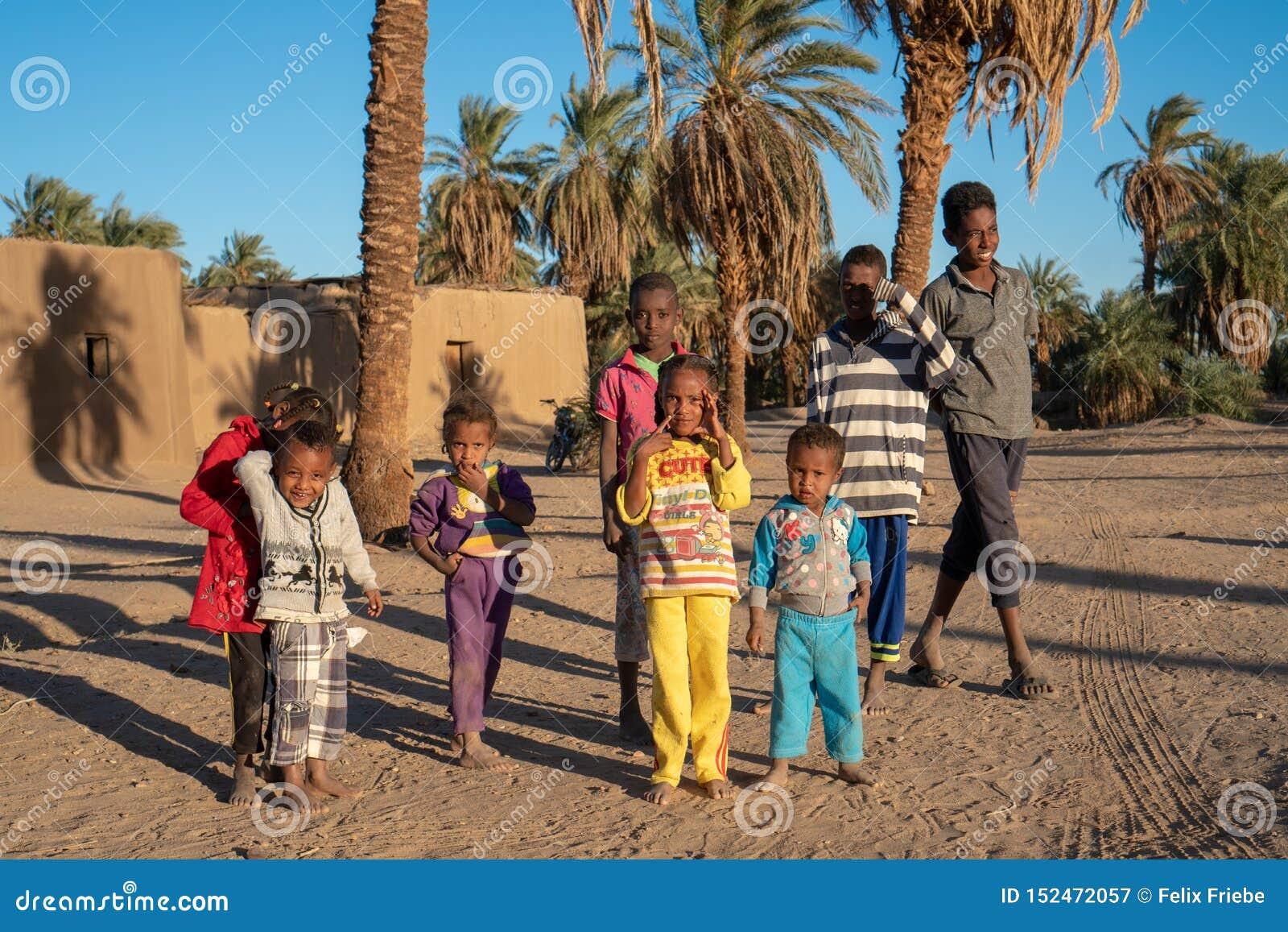 Nyfikna Nubian barn som poserar för en bild i Abri, Sudan - December 2018