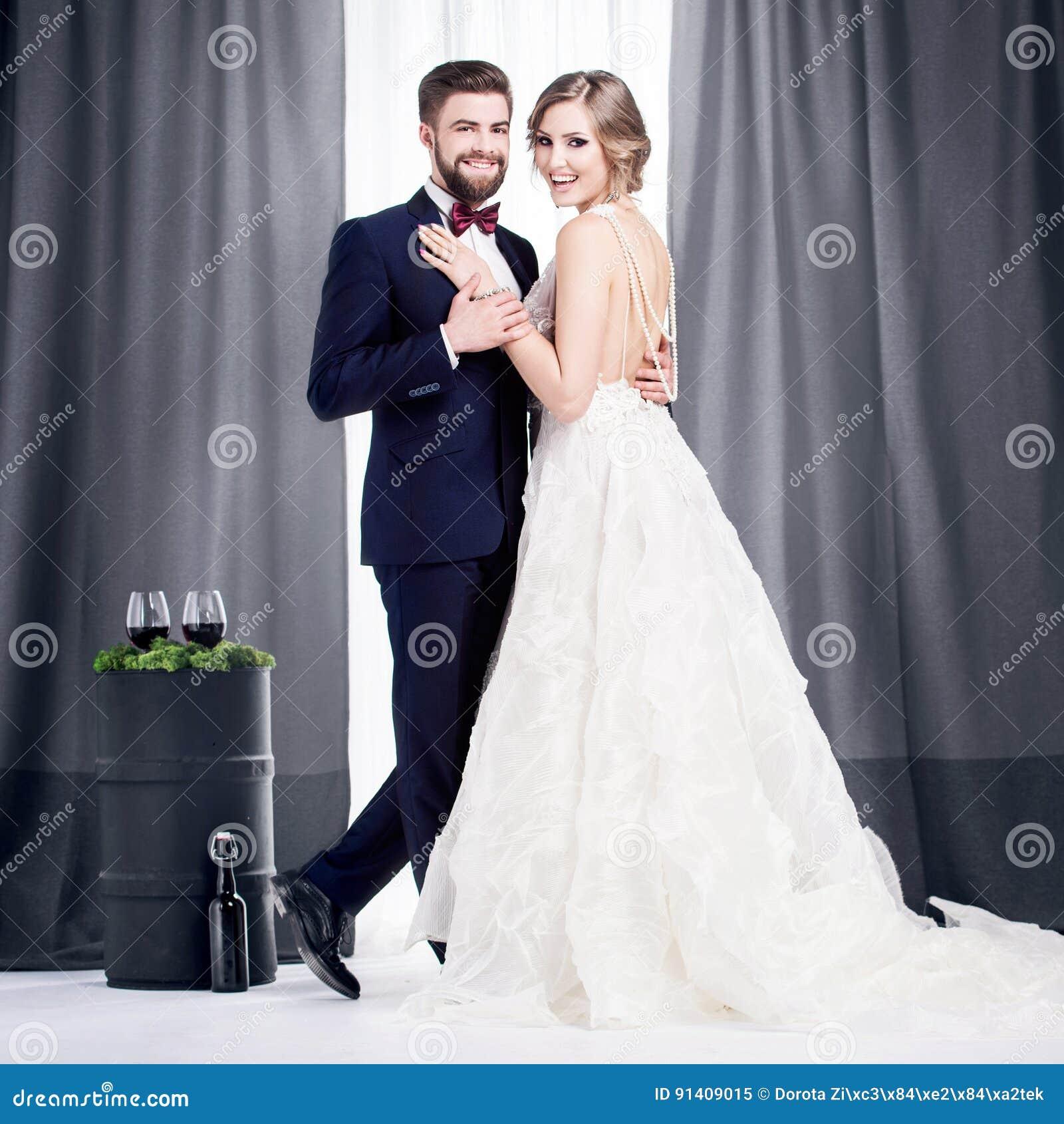 Nygifta personer i en bröllopsklänning och en dräkt