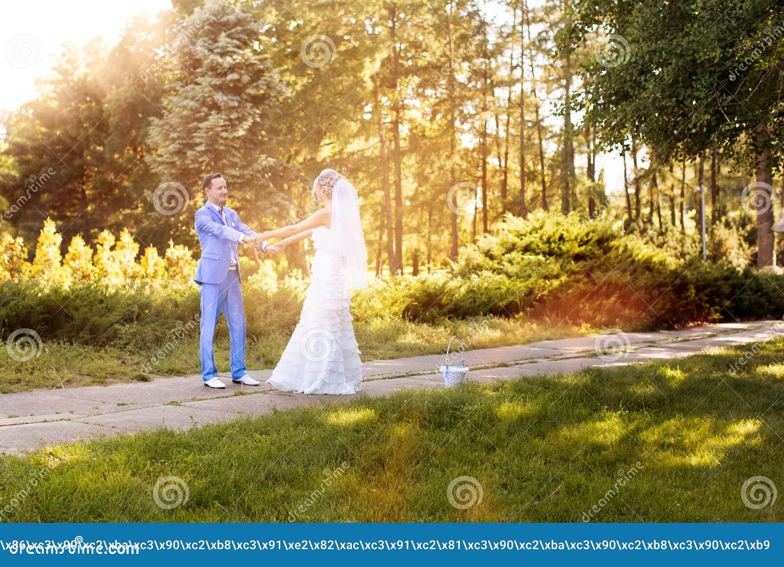Nygifta personer som ser de