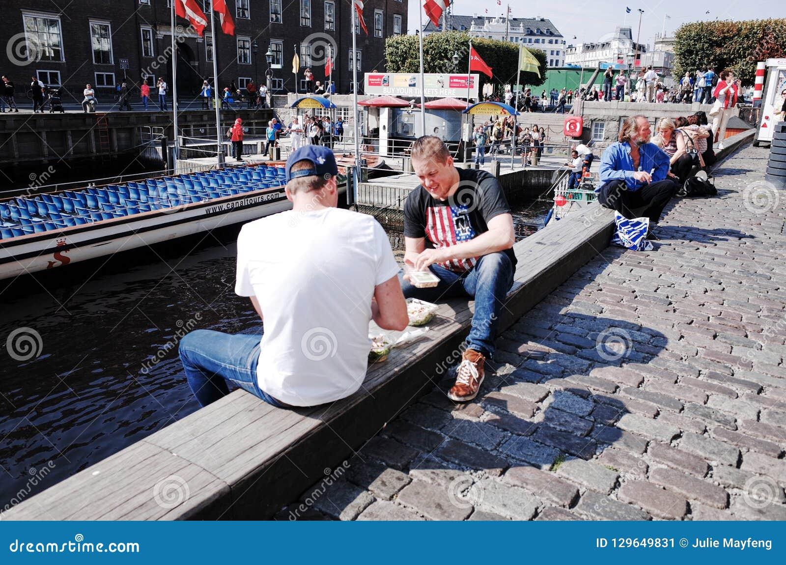 Nyhavn È un lungomare, un canale e un distretto del XVII secolo di spettacolo a Copenhaghen, Danimarca