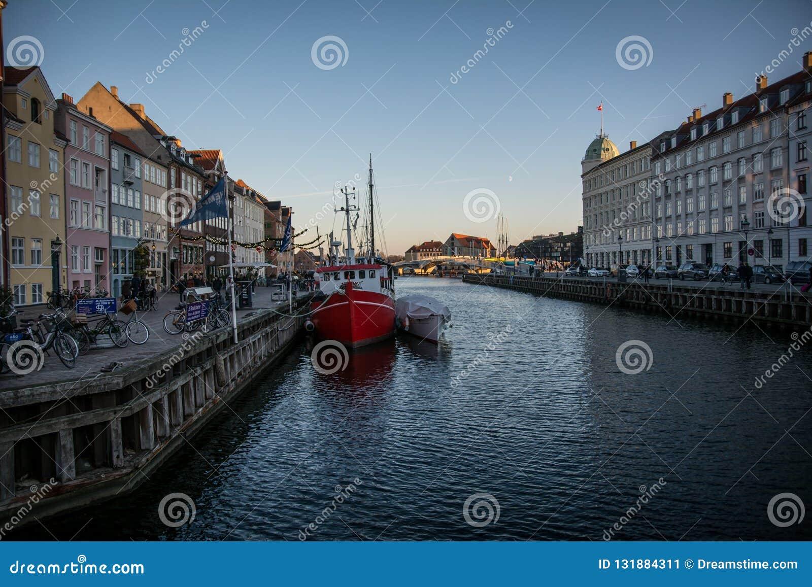 Nyhavn - populær härbärgerar område i Köpenhamn denmark