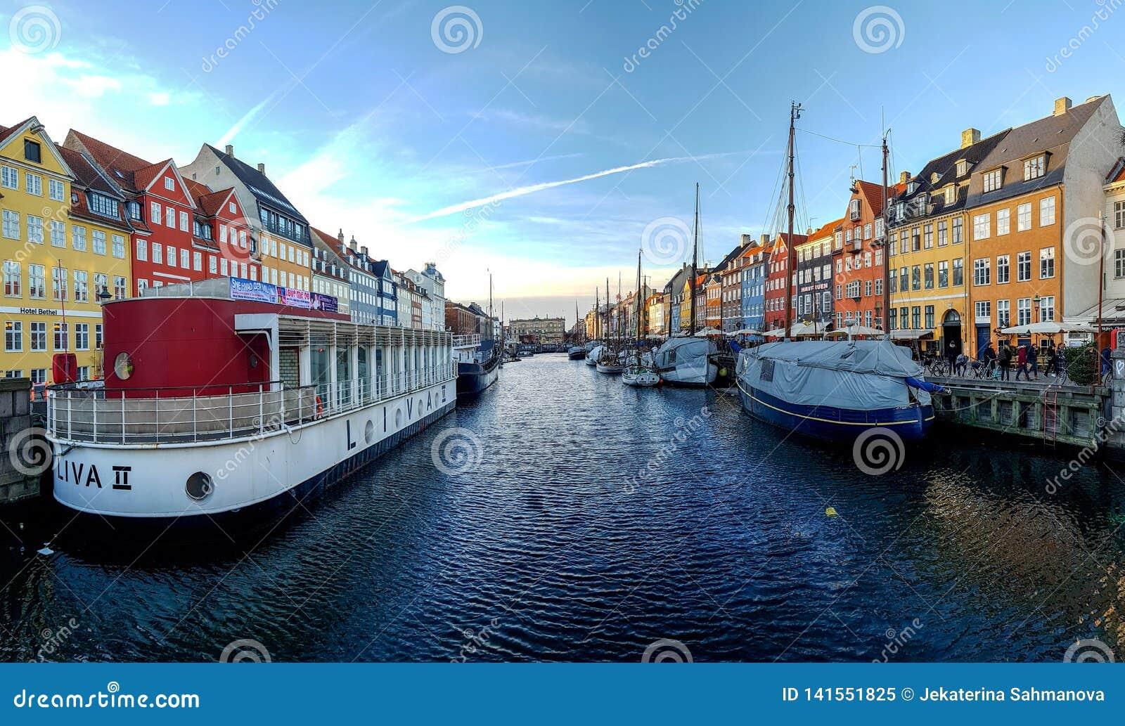 Nyhavn-Ufergegend, Kanal, bunte Fassaden der alten Hausreflexion und Gebäude, Schiffe, Yachten und Boote in Kopenhagen, Dänemark