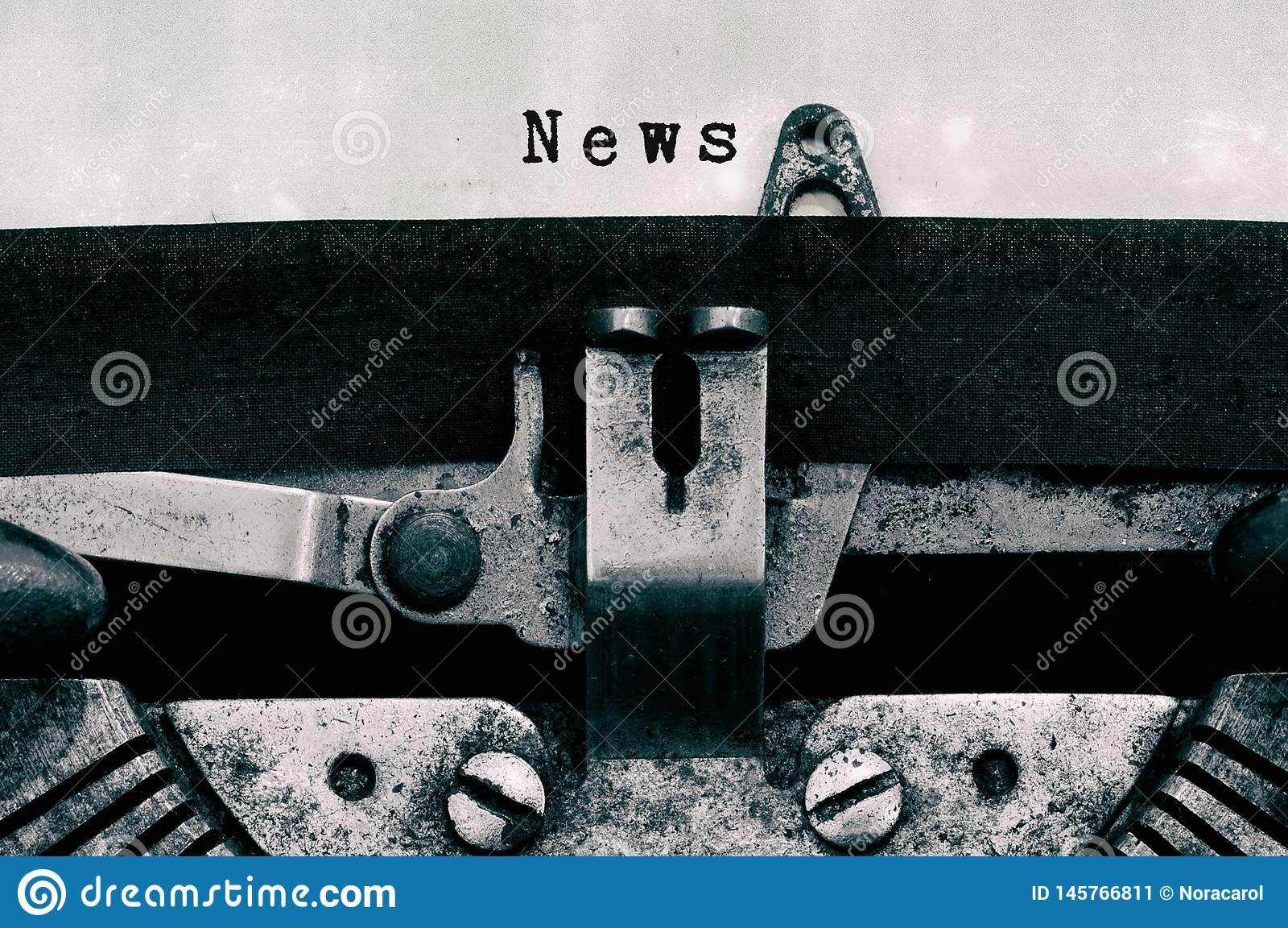 Nyheternaord som skrivas på en tappningskrivmaskin
