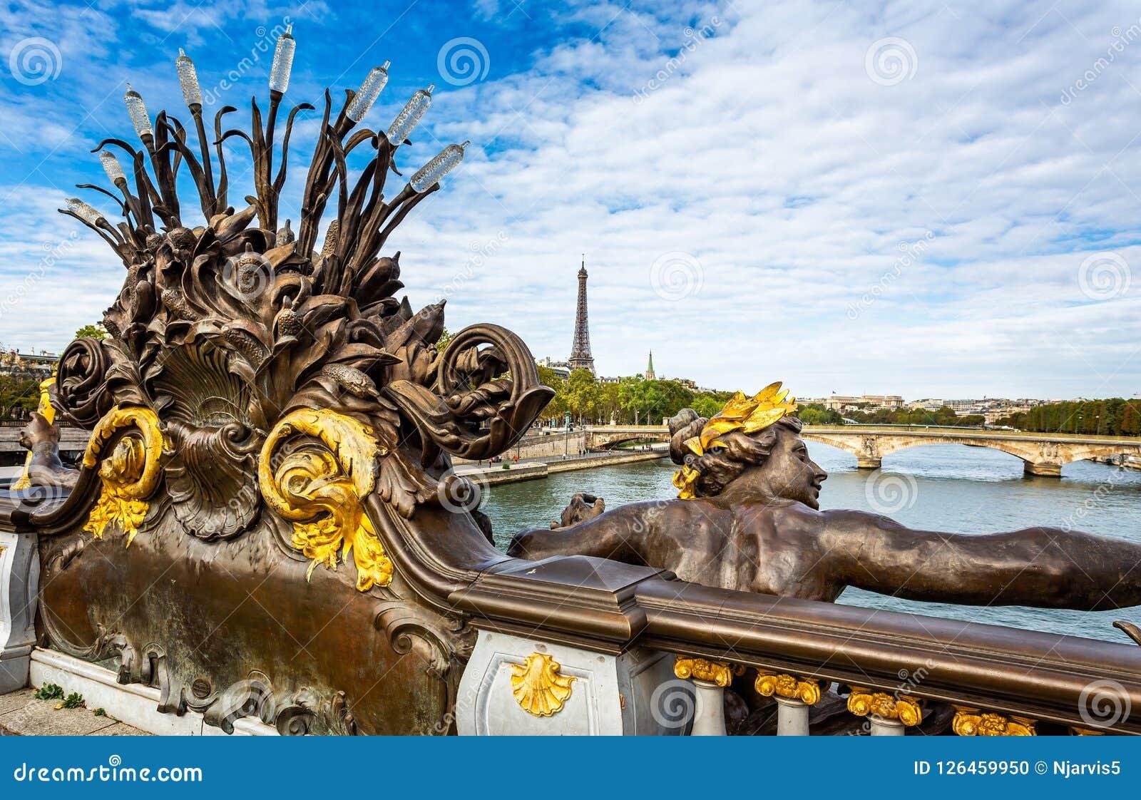 Nymphen des Wadenetzes vergoldeten Statue auf der Alexander III.-Brücke mit dem Eiffelturm im Hintergrund in Paris