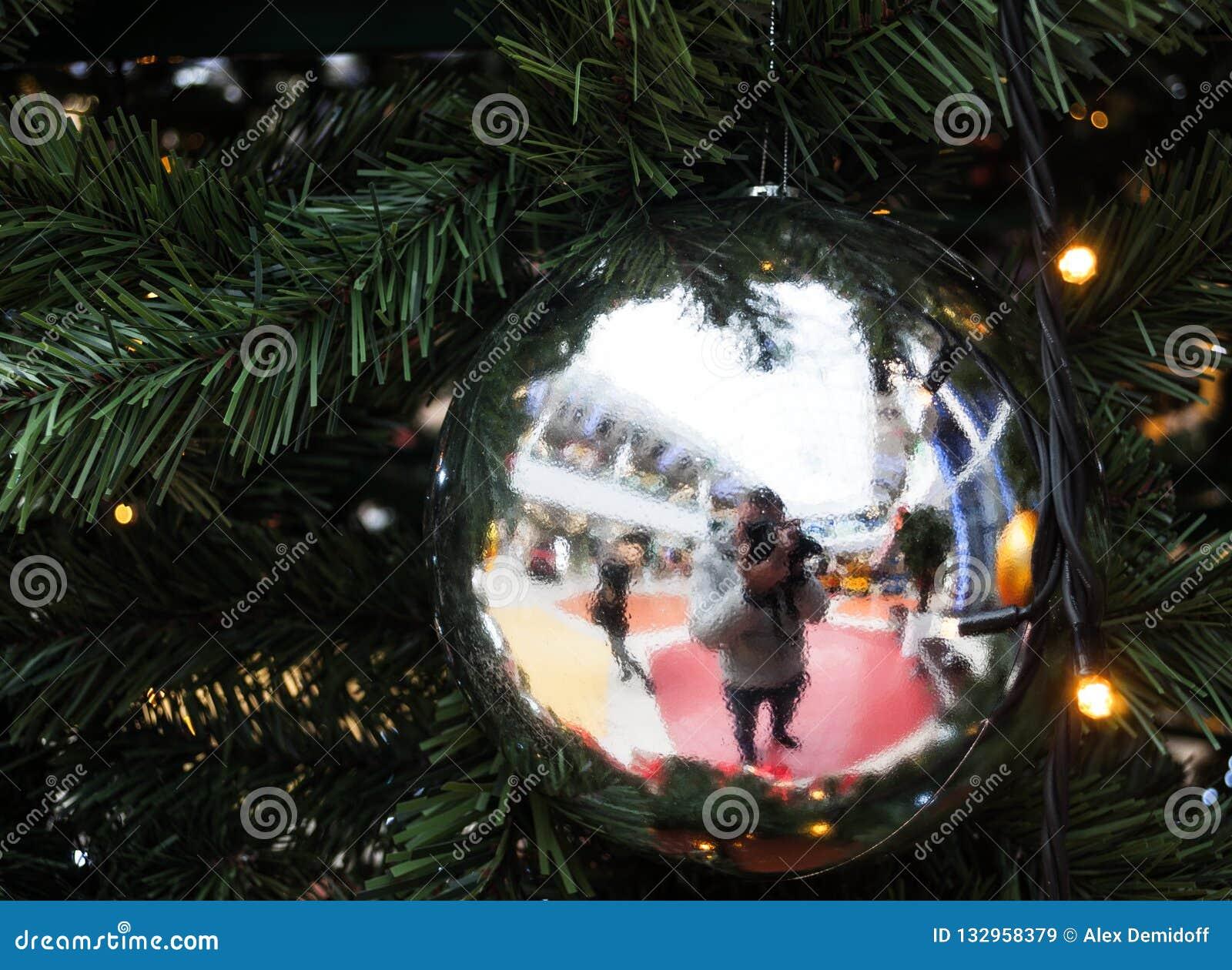 Nytt år för jul Reflexion i spegeljulgranbollen