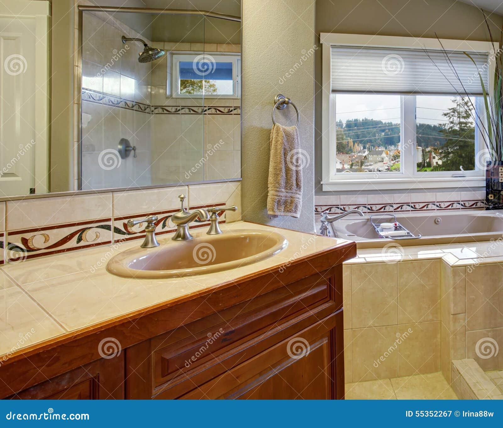 Nytt badrum förbindelse till det ledar  sovrummet arkivfoto   bild ...