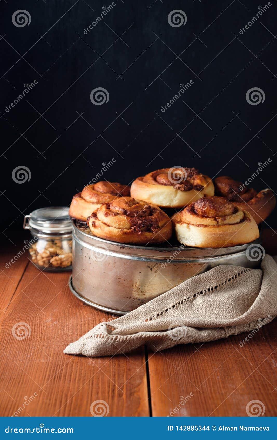 Nytt bakade kanelbruna bullar med kryddor och kakaofyllning S?t hemlagad bakelse, efterr?tt