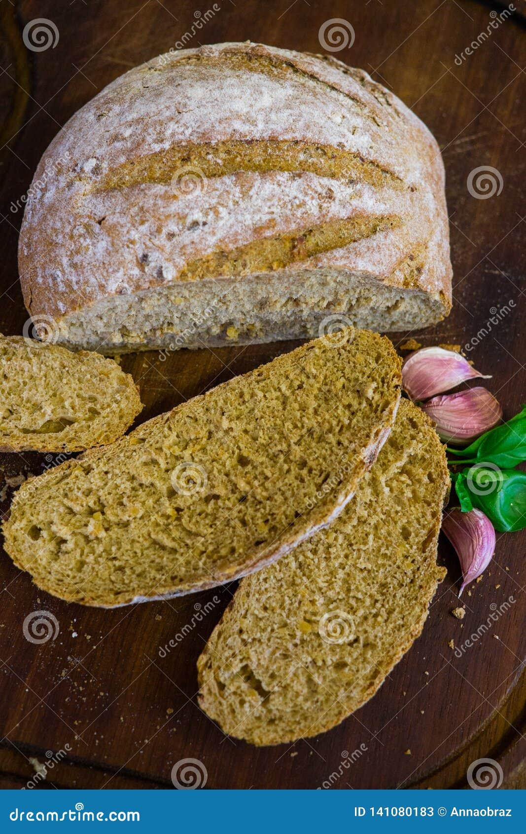 Nytt bakat bröd på mörker - grått köksbord, bästa sikt