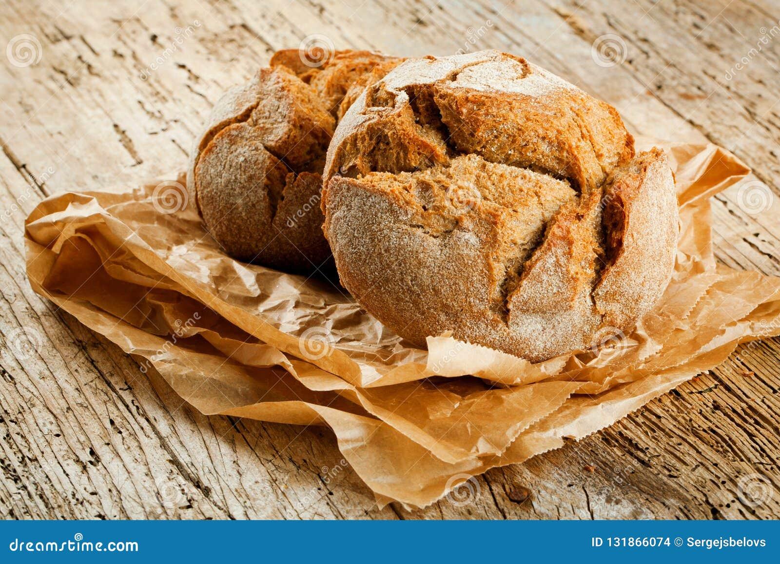 Nytt bröd på köksbordet Sunt äta och det traditionella bageribegreppet