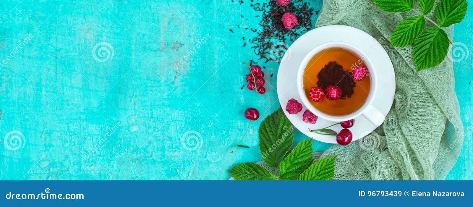 Nytt bryggat te med mogna bär för sommar Bästa sikt, banerformat