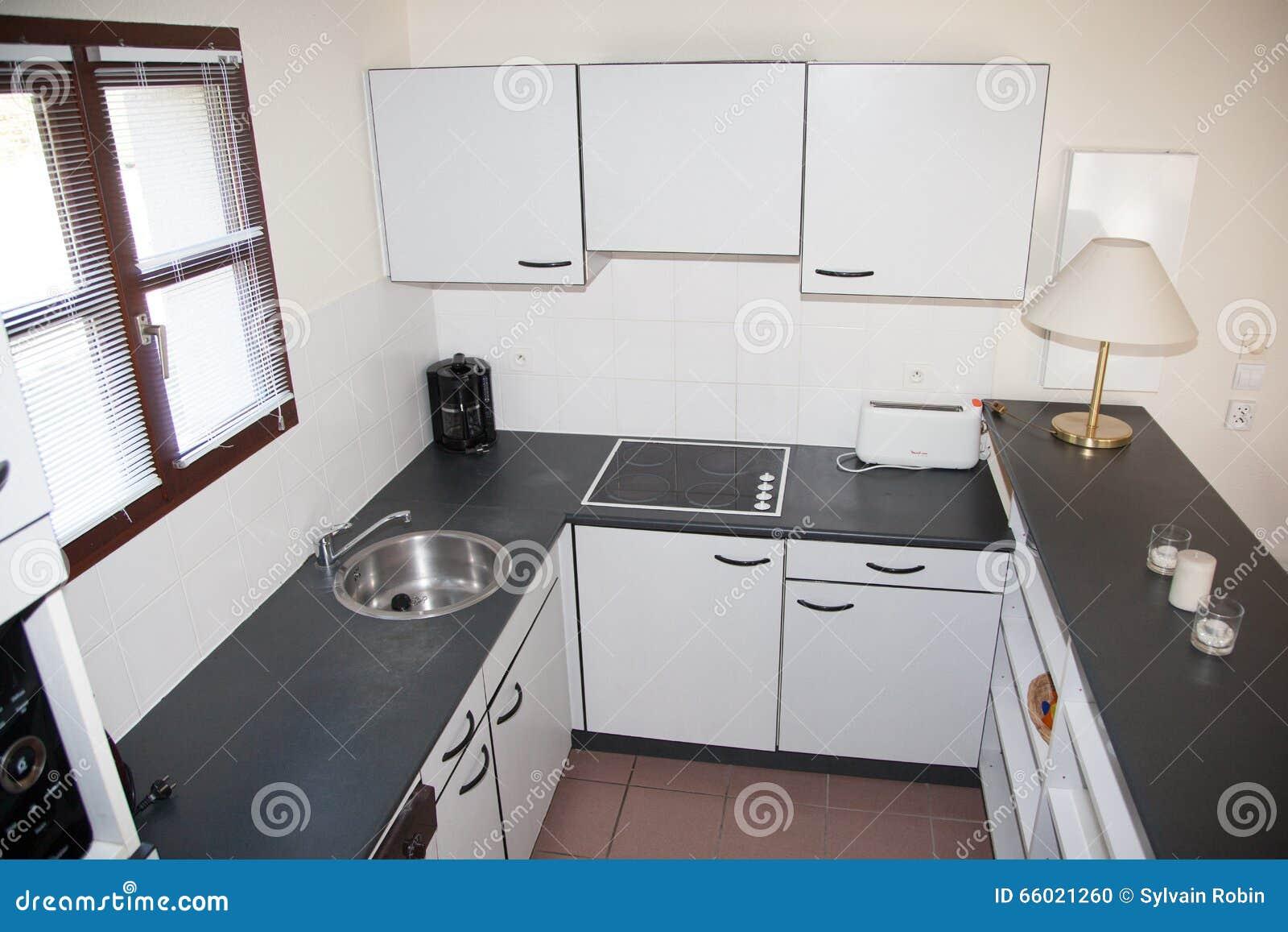 Nytt dekorerat vitt kök hemma med svart granit arkivfoto   bild ...
