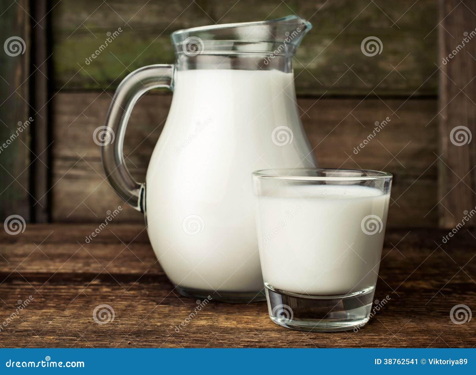 Nytt mjölka i den glass tillbringaren och exponeringsglas