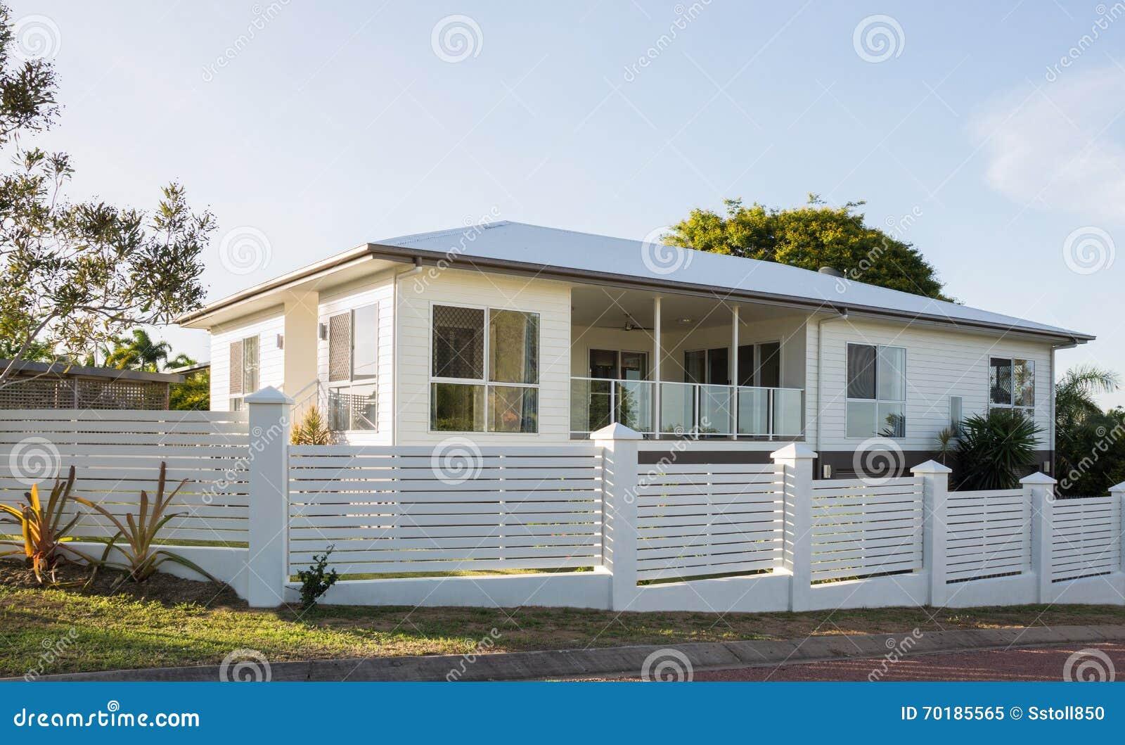 Nytt modernt två-våning hus