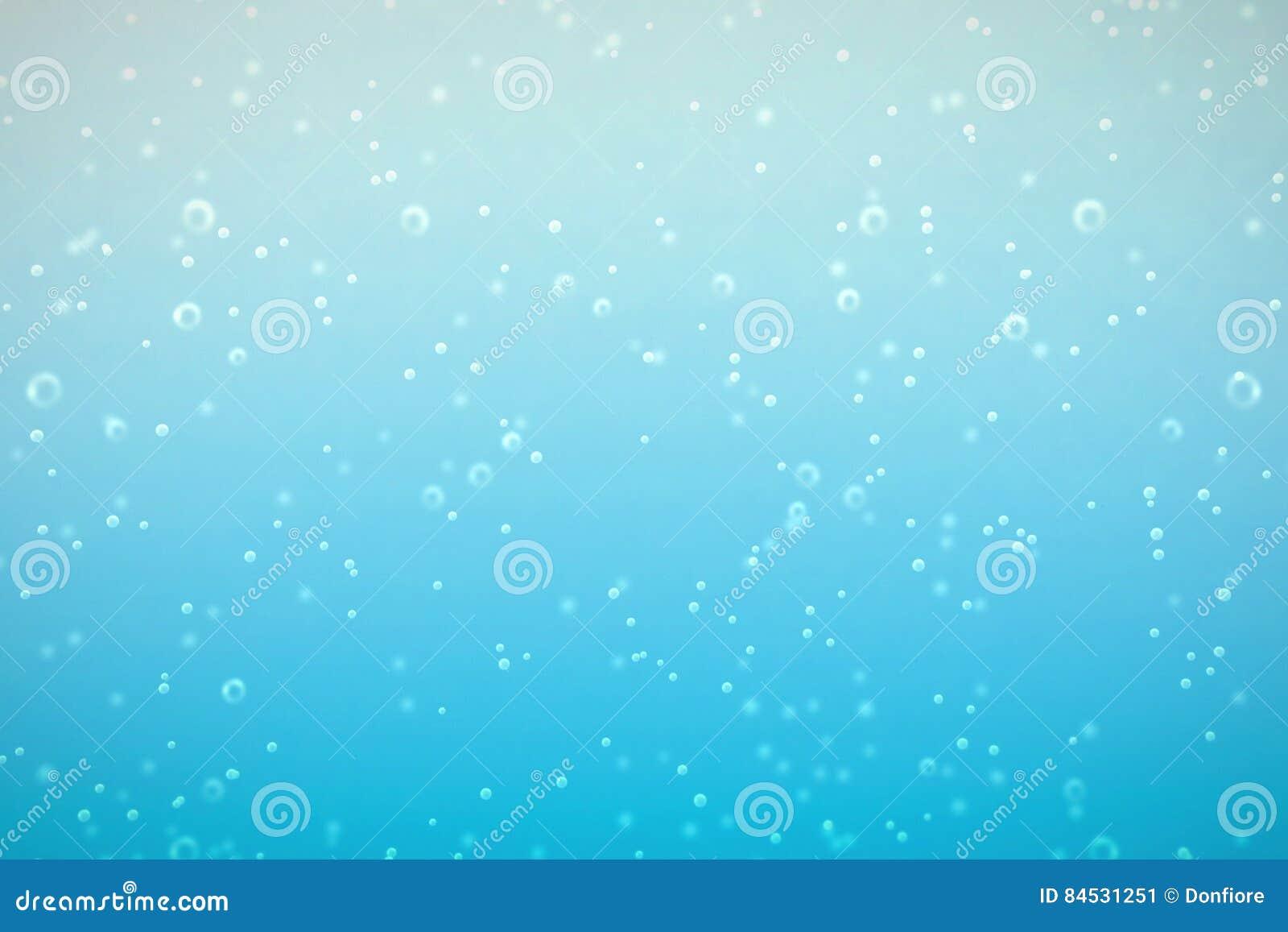 Nytt mousserande vatten i exponeringsglaset med bubblabakgrund