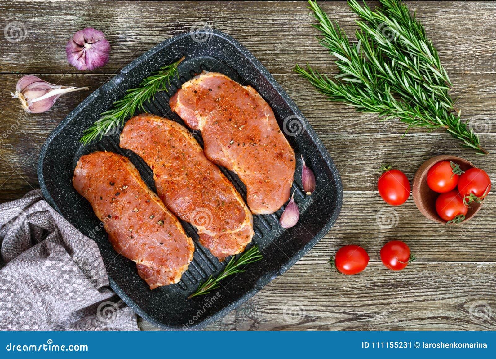 Nytt och rått kött Stekar av fransyska i rad som är klara att laga mat