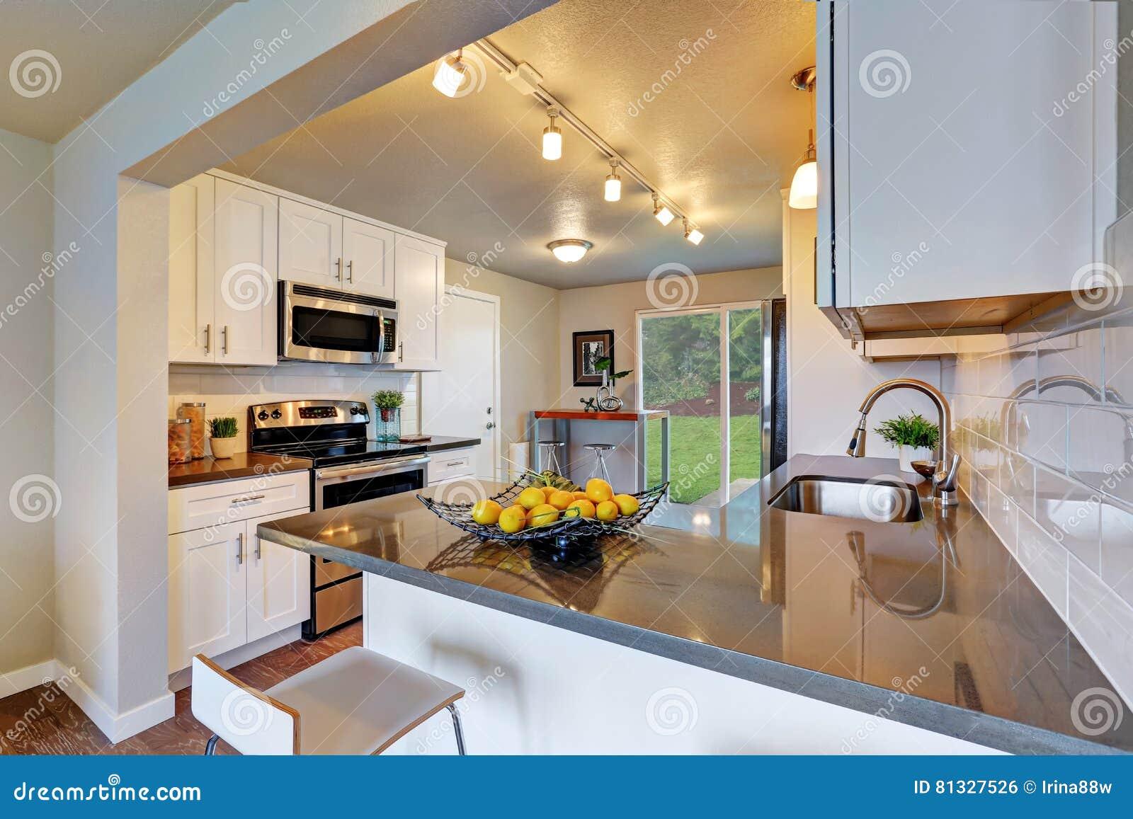 Nytt omdanat kökrum med vit cabinetry