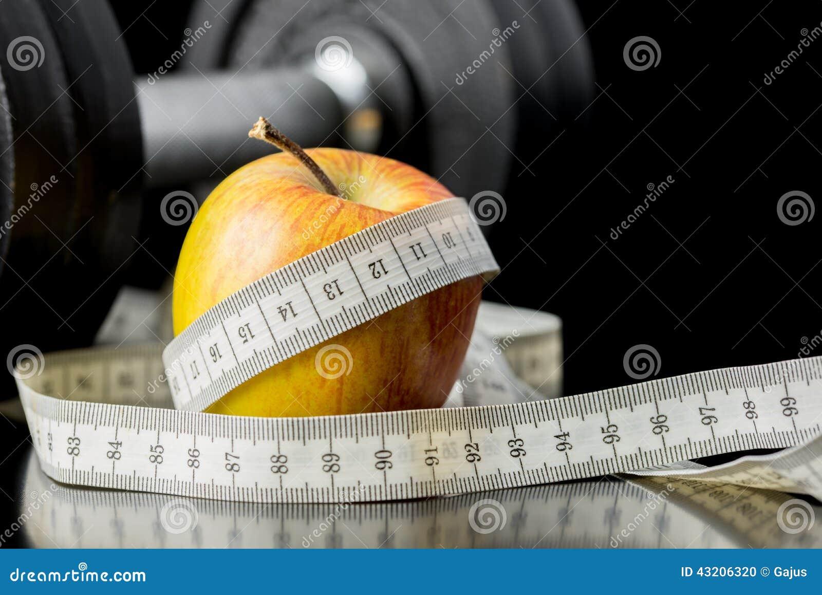 Download Nytt Saftigt äpple Som Slås In I En Måttband Arkivfoto - Bild av frukt, omsorg: 43206320