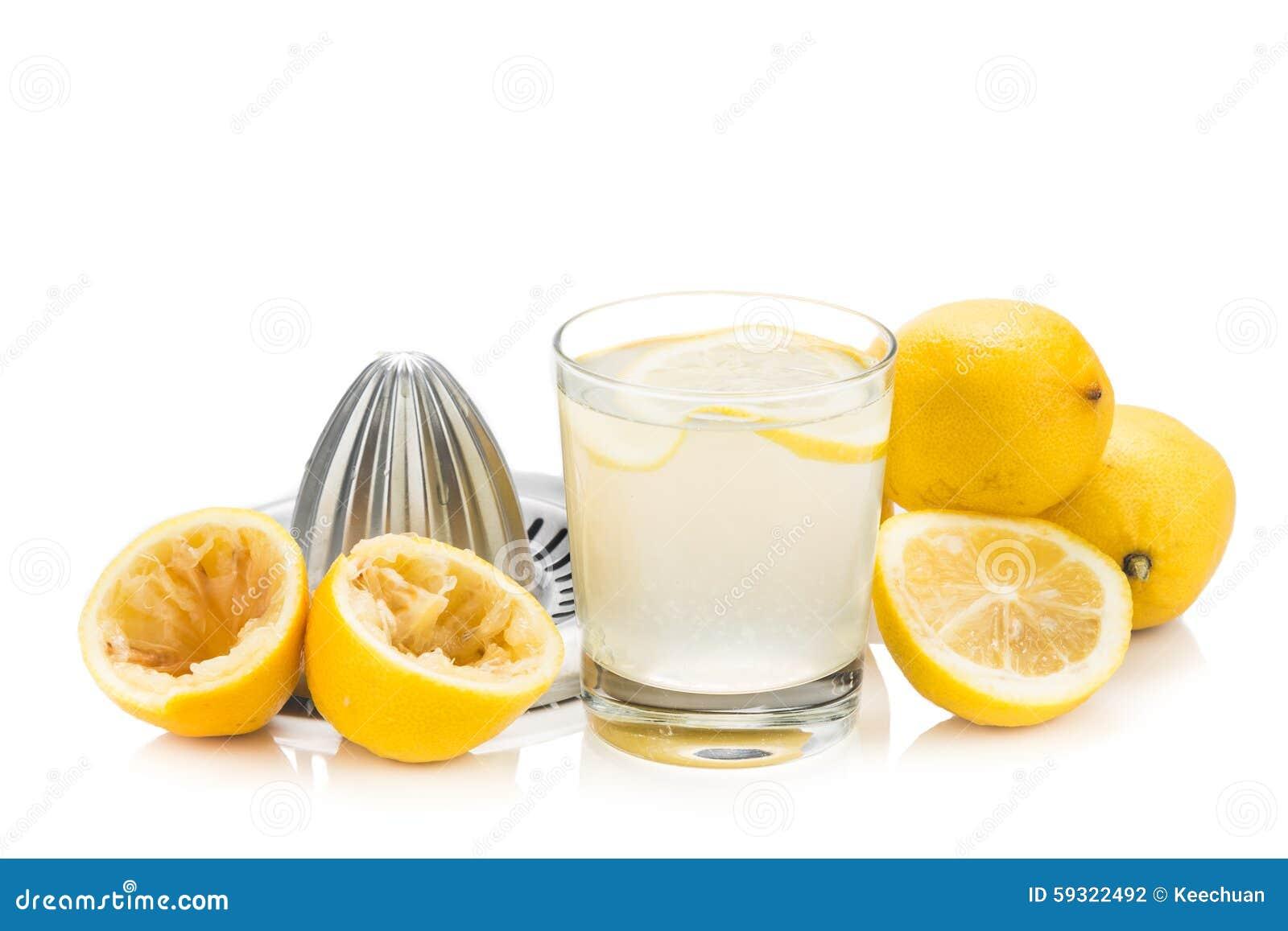 Nytt sammanpressad organisk citronjuice med exponeringsglas och pressen