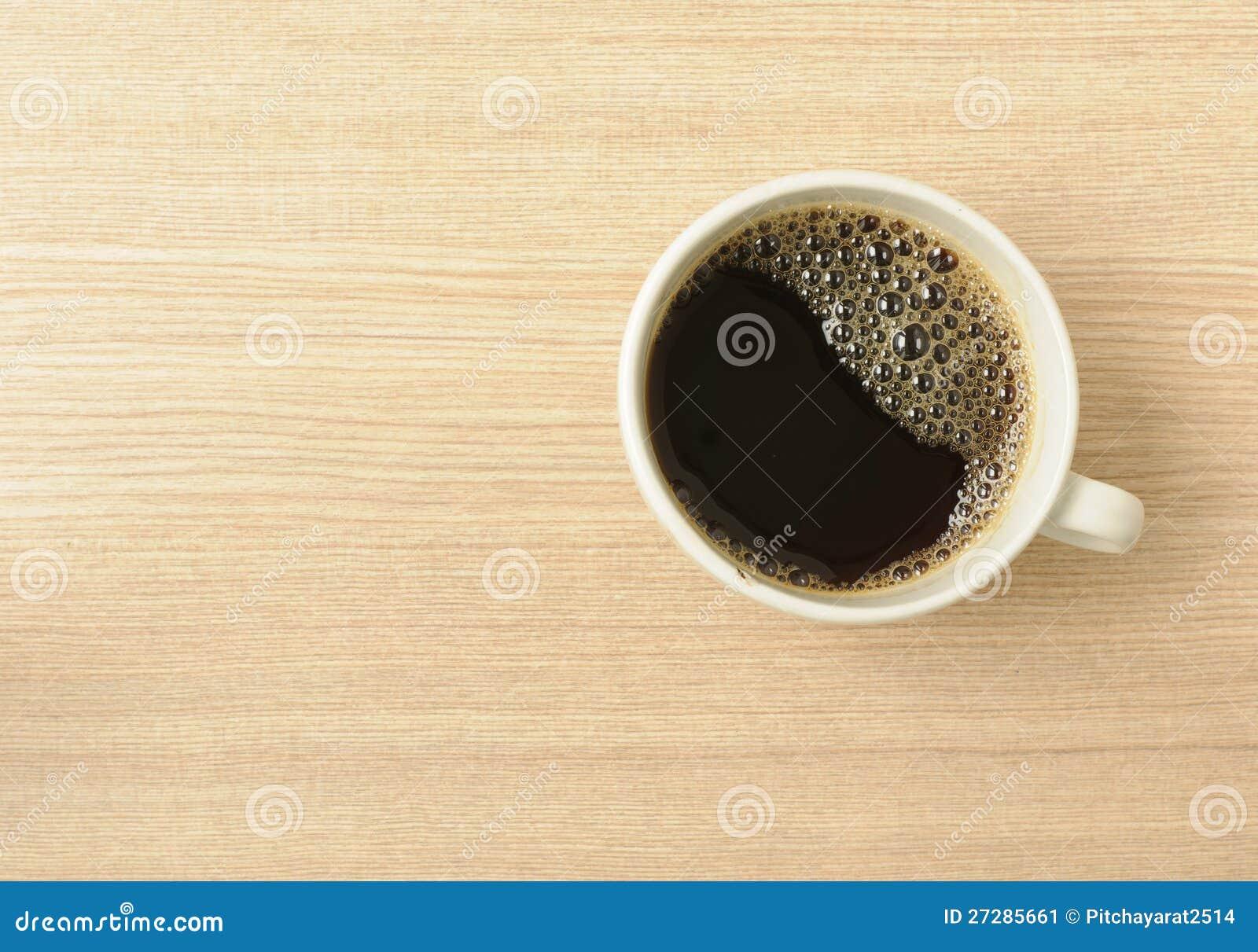 Nytt svart kaffe på en trätabell