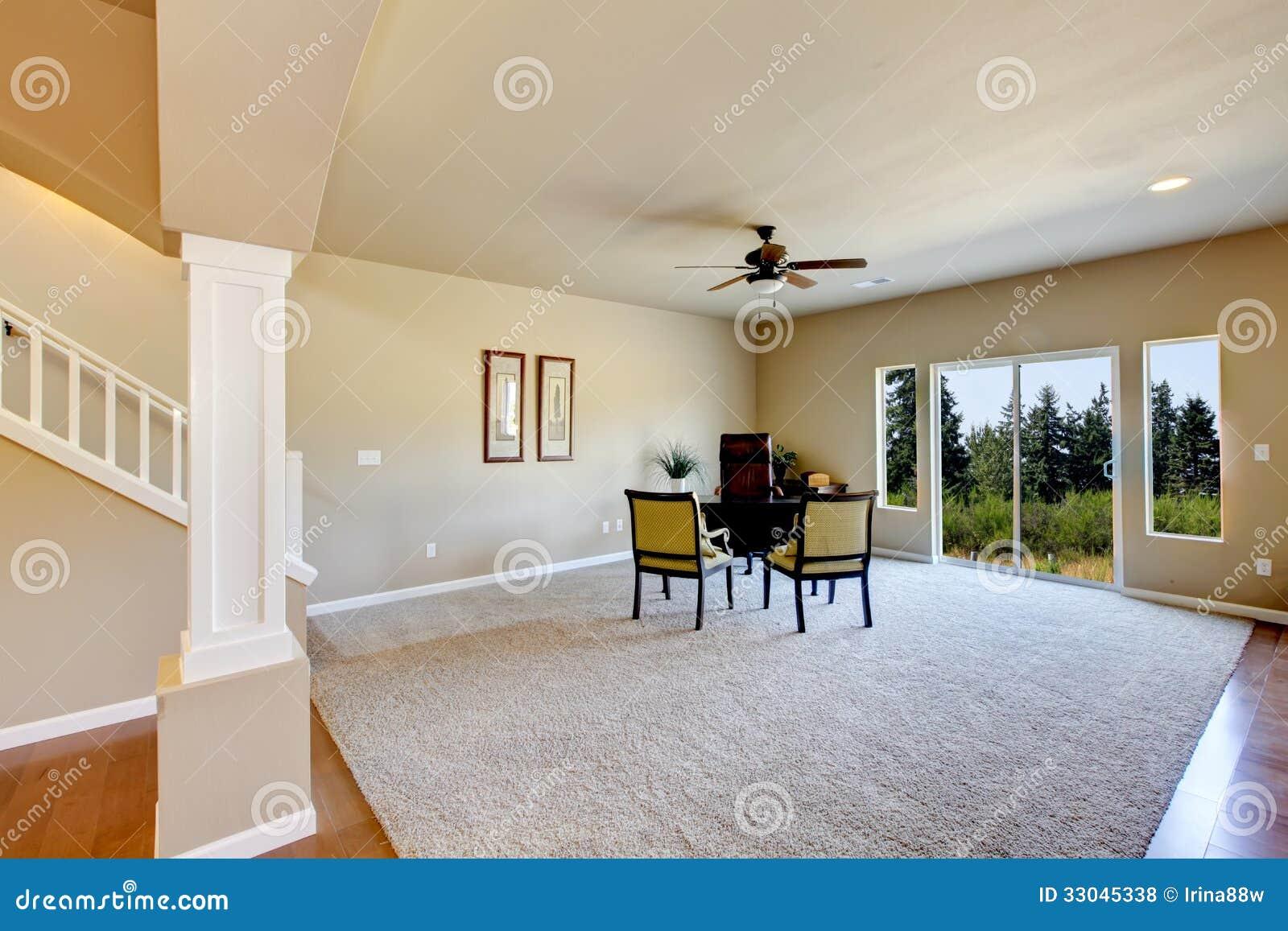 Nytt tomt rum med beige matta. royaltyfria foton   bild: 33045338