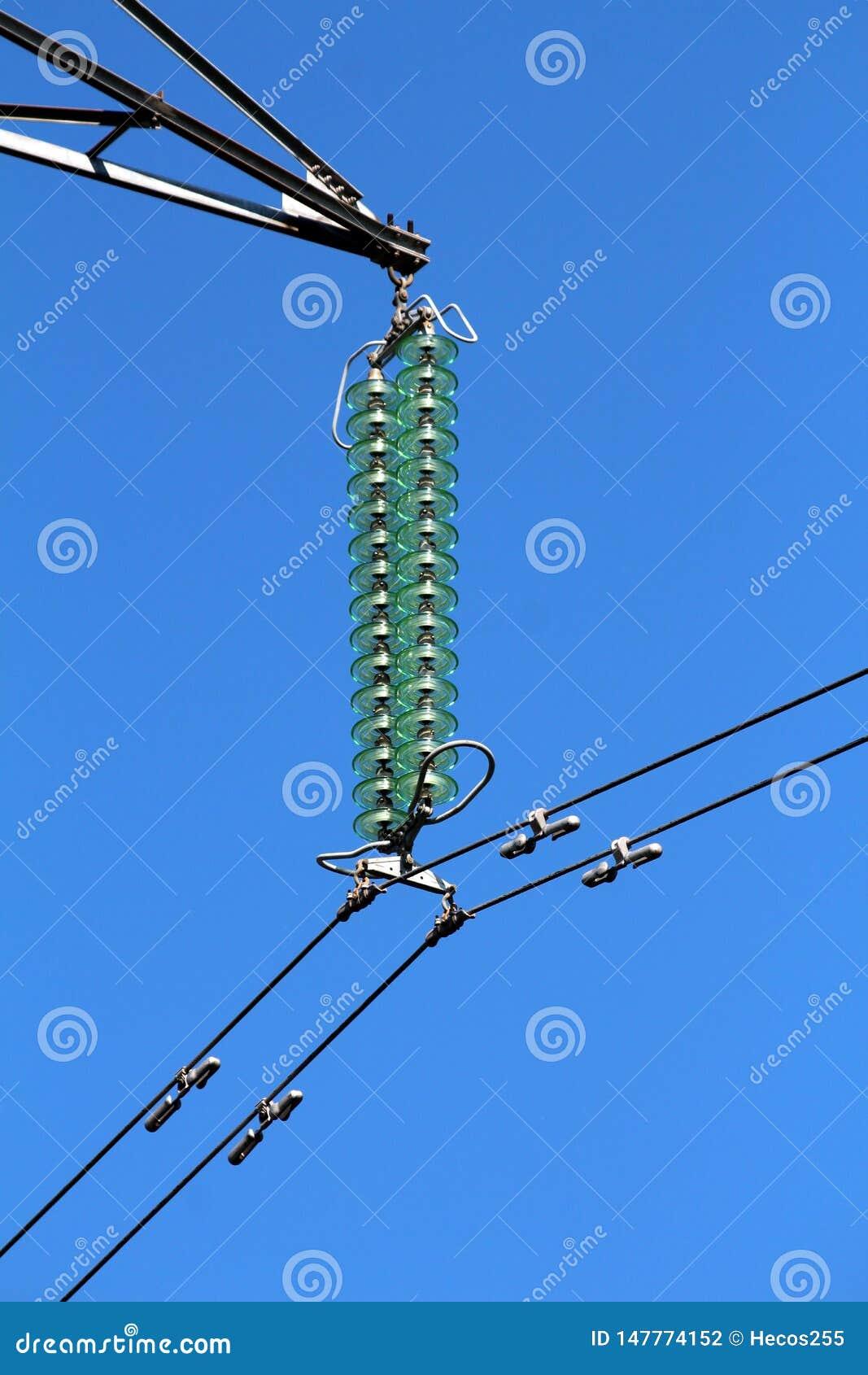 Nytto- isolatorer för högkvalitativ högväxt exponeringsglaskraftledning som rymmer svarta elektriska trådar på nytto- pol för sta