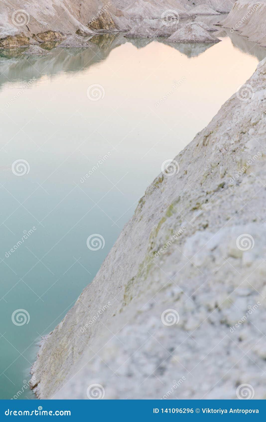 Озеро гор с изумрудной водой на заходе солнца