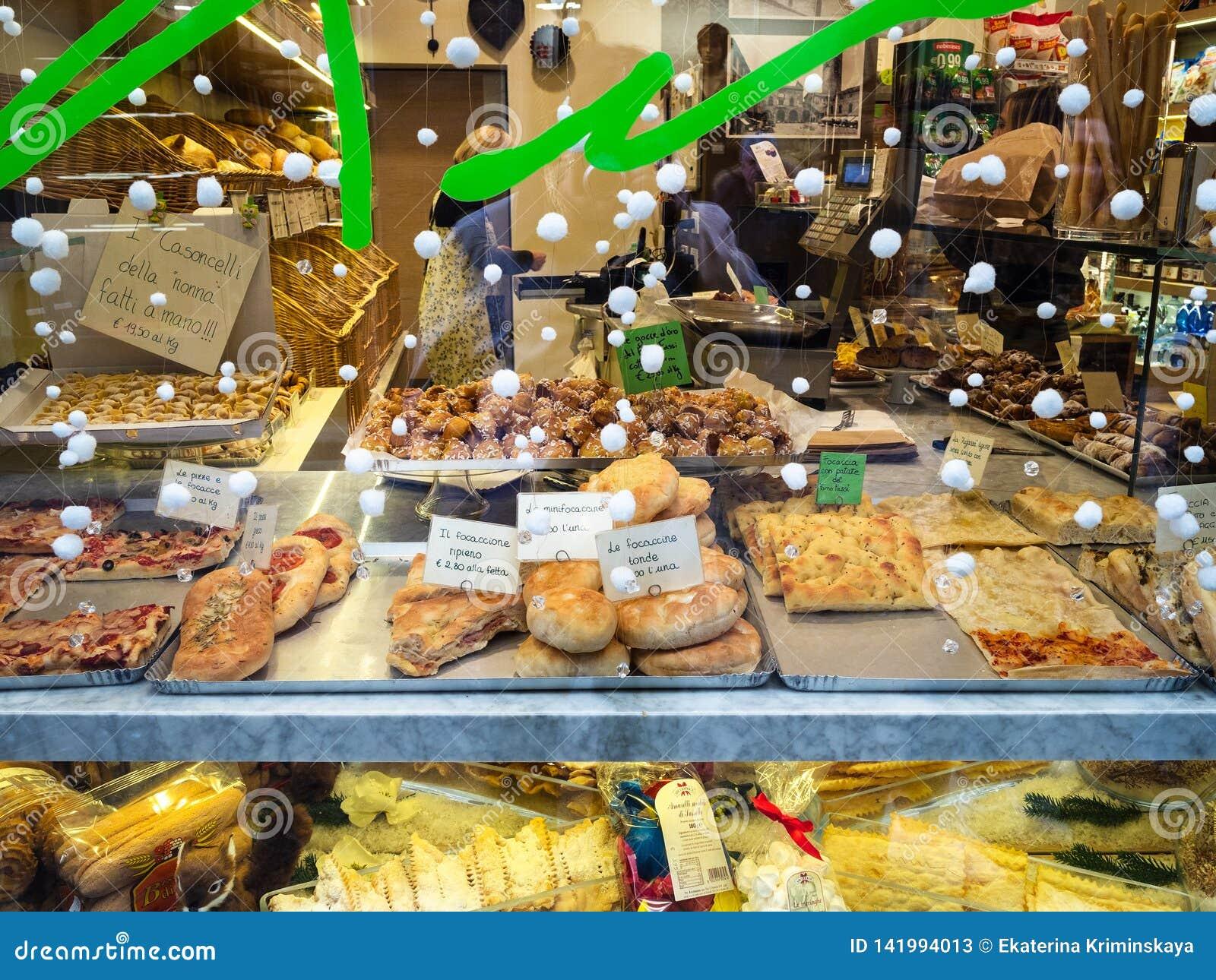 Окно пекарни и магазина печенья в Бергаме