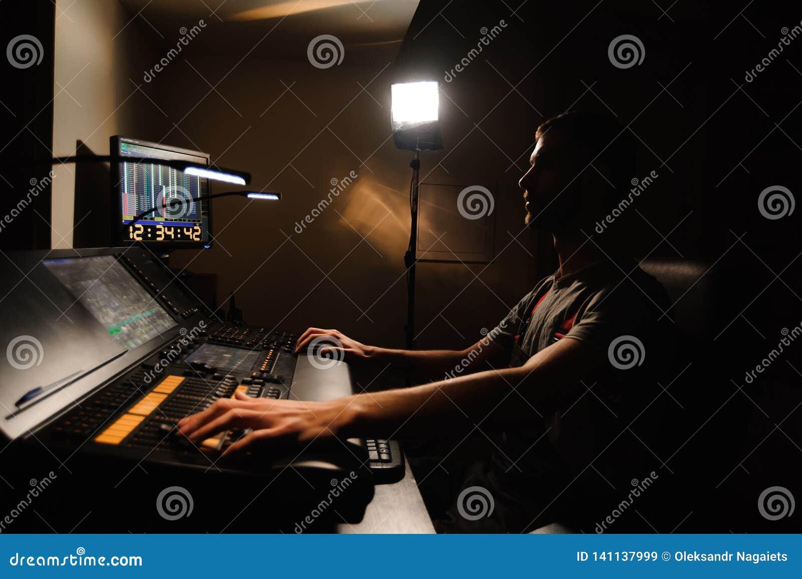 Освещая инженер работает с управлением техников светов на шоу концерта Профессиональный светлый смеситель, смешивая консоль