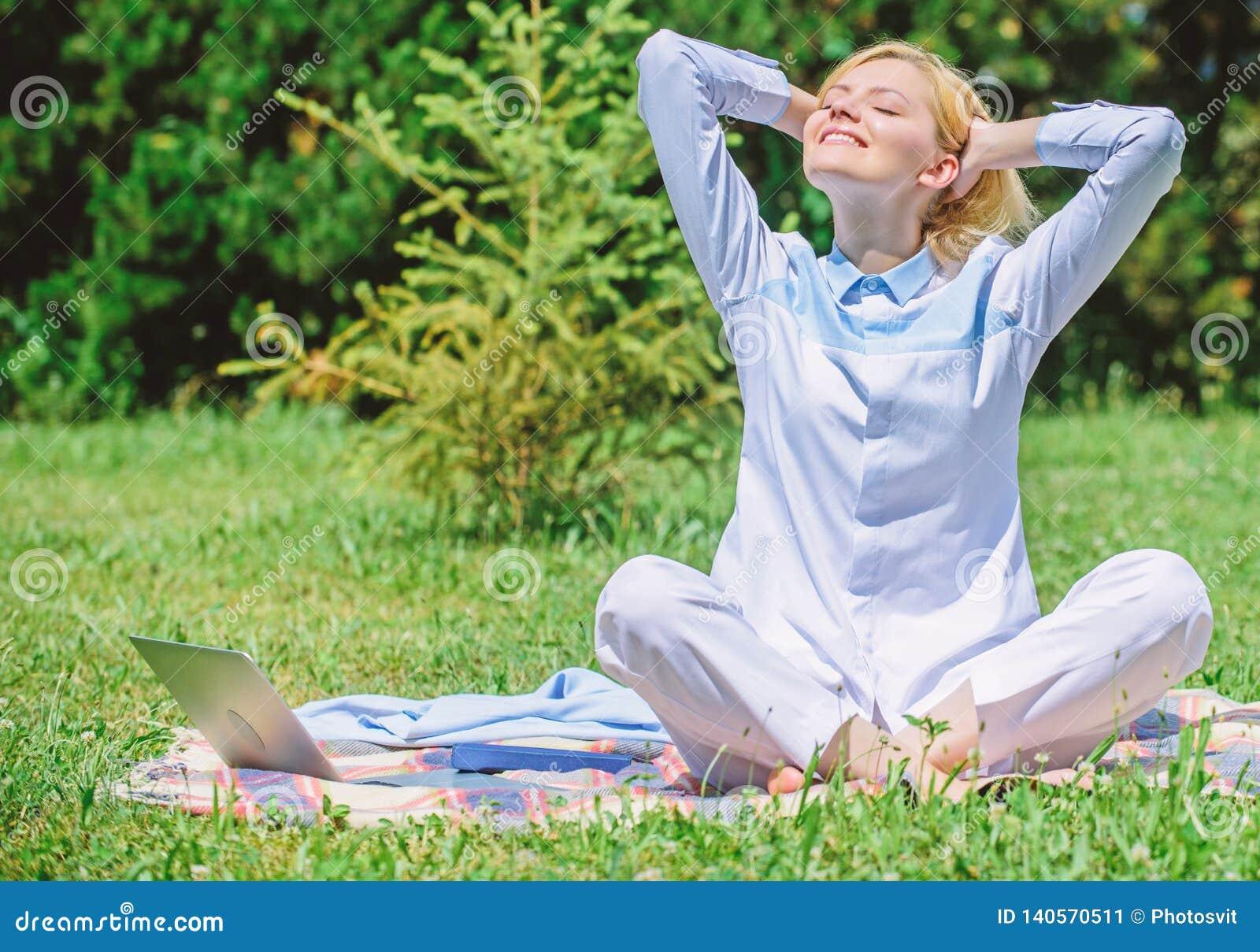 Освободите ваш разум Девушка размышляет на предпосылке природы луга зеленой травы половика Минута находки, который нужно ослабить