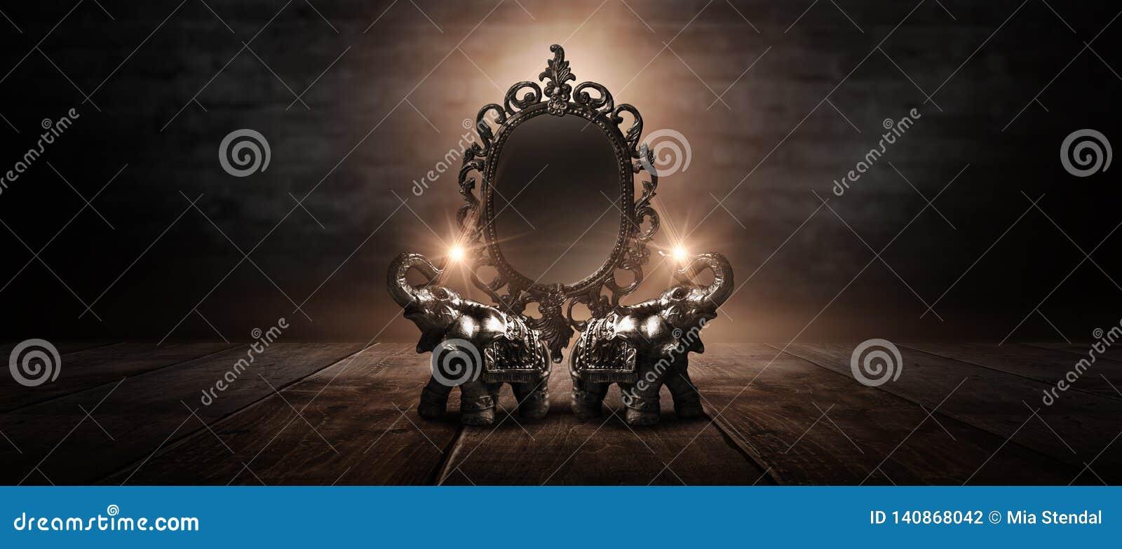 Отразите говорить волшебных, удачи и выполнение желаний Золотой слон на деревянном столе
