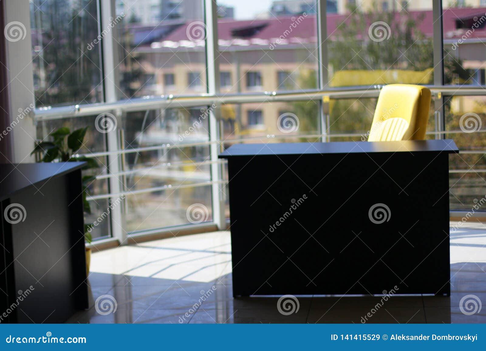Офис со стеклянной стеной и красивым видом