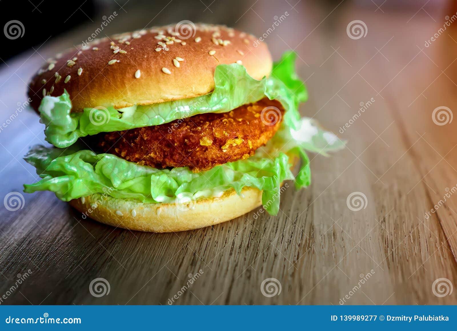 Очень вкусный и красивый бургер на таблице