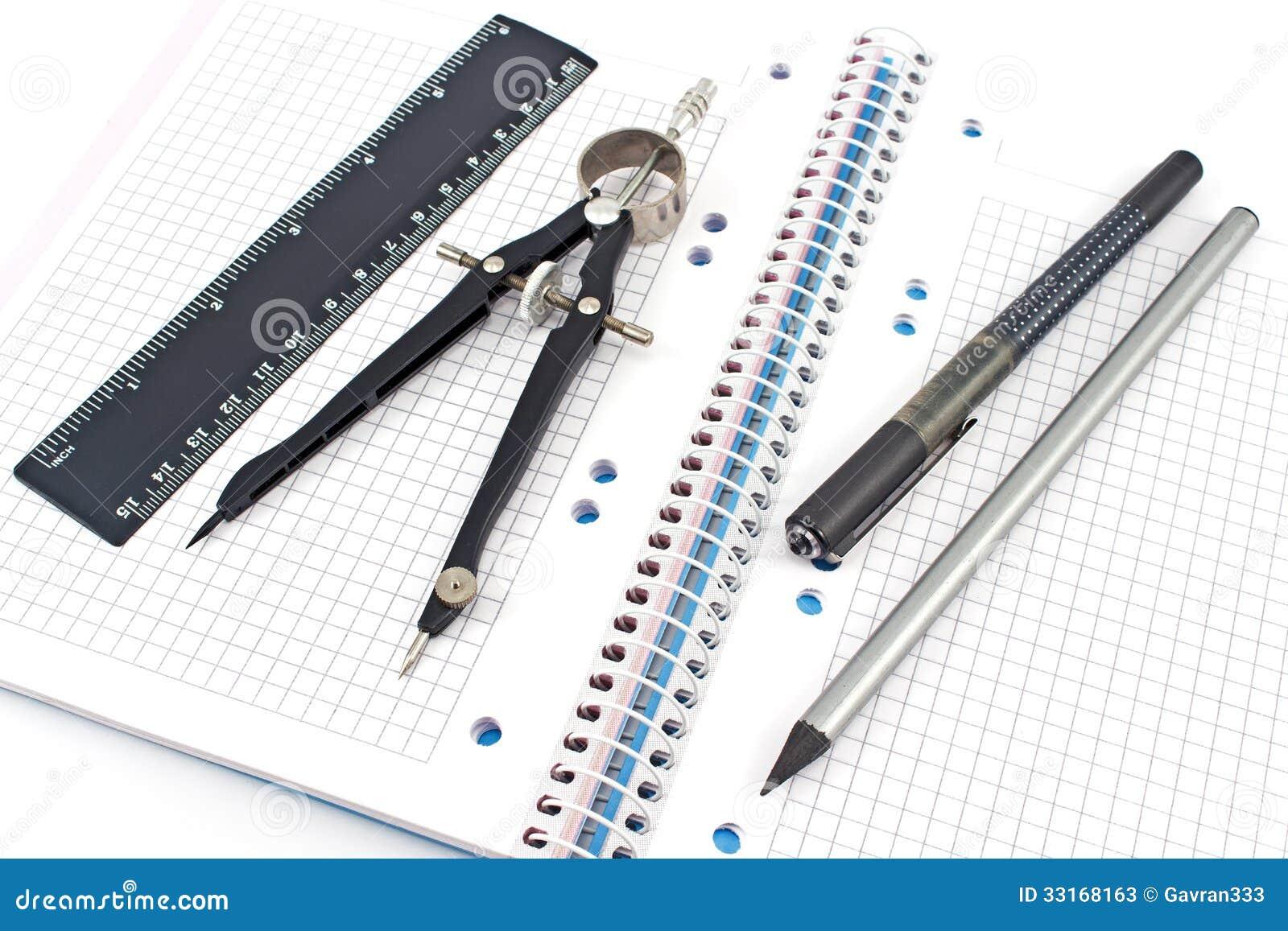 Ołówek, pióro, rysunkowy kompas, władca na notatniku