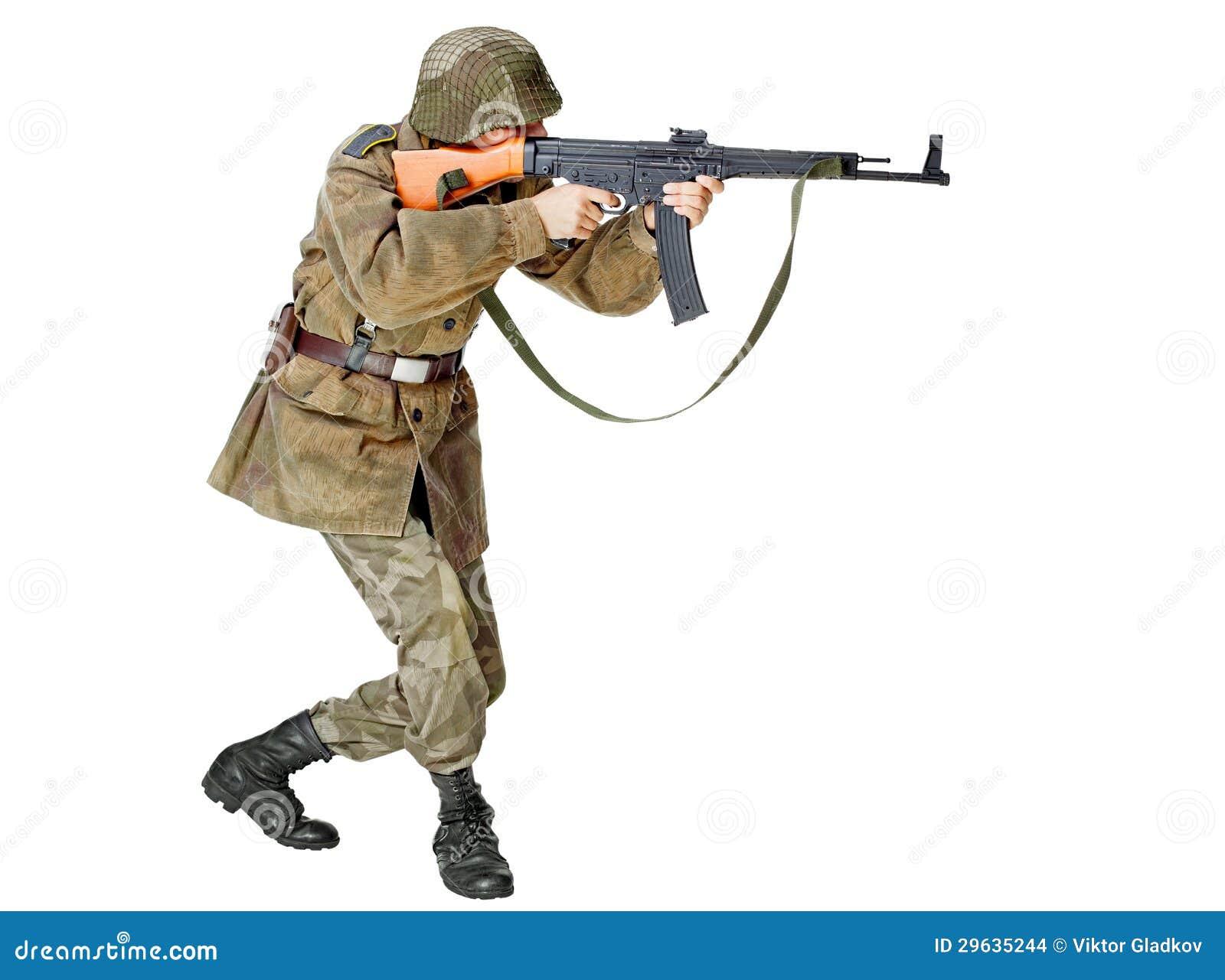 Żołnierz z submachine pistoletem. Odizolowywający na białym tle