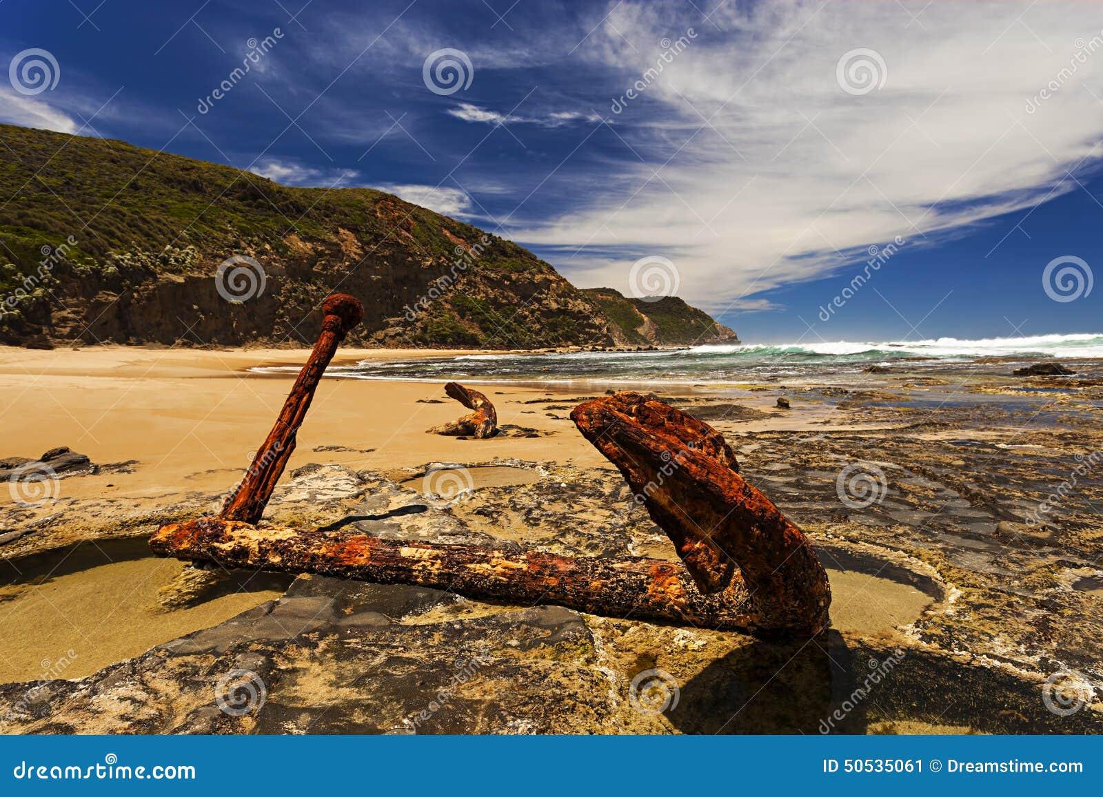 Ośniedziała kotwica w skałach na Dennym brzeg